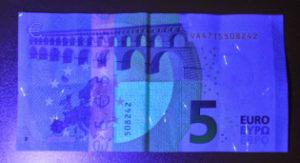 Billete 5 euros Serie Europa bajo luz ultravioleta